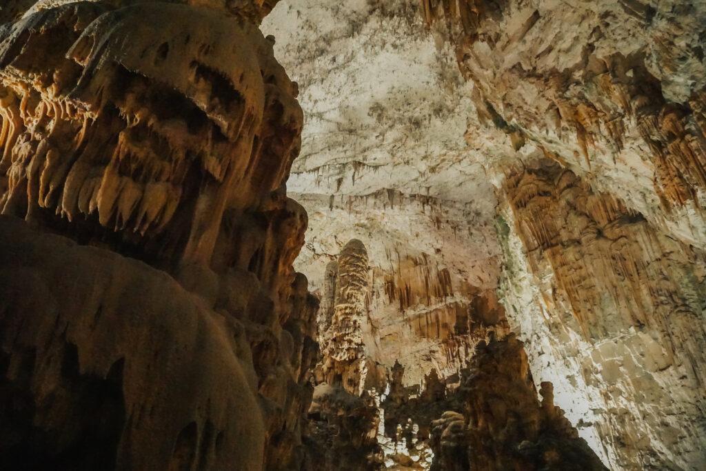 De grotten van Postonja