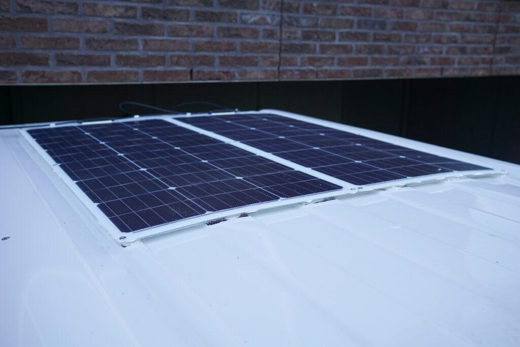 Flexibel zonnepaneel camper installeren